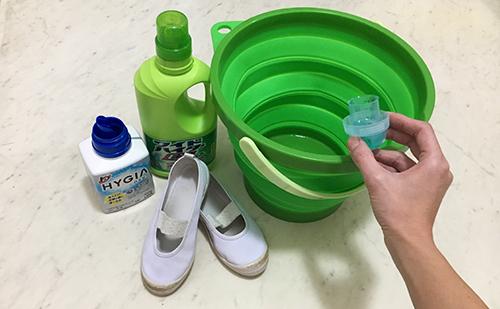 1.衣料用洗剤30ml・漂白剤15mlをバケツに投入